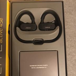 Trådløse in-ear høretelefoner fra Jabra købt midt-januar. Kvittering og alt originalt udstyr medfølger, dvs. æske og oplader.   De har kun været ude af æsken en enkelt gang, men Elgiganten vil ikke bytte dem, når plomberingen er brugt - derfor sælges de her. De er idelle til sport, da bøjlen sikrer, at de sidder fast rundt om øret.   Bytter ikke - køber betaler eventuel fragt 😊 Ellers kan de afhentes i København eller Trekroner/Roskilde.