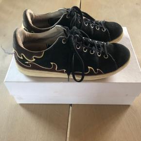 Et par smukke sneakers fra Isabel Marant i størrelse 38 (FR). De er brugte, men ikke de store tegn på slid. Jeg kan evt. sende flere billeder ved interesse. Kun seriøse henvendelser 💛