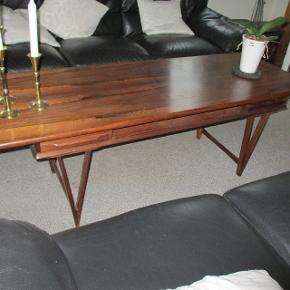 Arkitekt E. W. Bach: Sofabord af palisander. Model 32. Formgivet 1961. V-formede ben med sprosser. Underliggende hylde og med 2 gennemgående skuffer. Bordet er meget velholdt og står i original udgave. Det er ikke repareret nogen steder. Fremstillet hos Møbelfabrikken Toften. Bordpladen er 55 x 150 cm.  Højde er 52 cm.