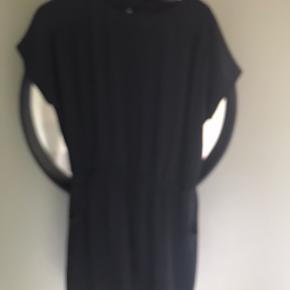 To fede nye xl sommer kjoler fra vila  Vasket med aldrig brugt da de er fir store :/  Krøl frit stof   Een i sort og een i blå  Nypris stk 350kr