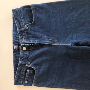 Meget lækre Wood Wood jeans i størrelse W28 L32, modellen er cropped så passer helt sikkert også kortere ben godt! Vældig god stand, og skriv endelig til mig med spørgsmål :D