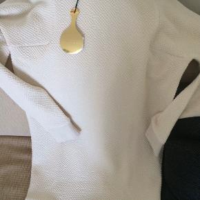Lækker sweatshirtkjole fra Stine Goya, brugt en enkelt gang og er som ny. Prismærket er taget af. Kjolen er råhvid fortil og er lidt mere over i det sandfarvede bagpå.   Længde målt bagpå er ca. 84 cm. Størrelsen er en xs/s.  Bytter ikke!