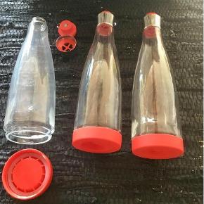 Brand: Nuance - Arosse Varetype: Køkkenet - vandflasker Størrelse: Højde : 33/5 cm. Farve: Rød og glas  Angivet pris og forsendelse er for alle 3 flasker. Glas, Vandflaske, Nuance - Arosse Tre vandflasker fra Nuance : Arosse by Marcus Vagnby. Bunden kan skrues af og man kan fylde appelsinskiver / frugtstykker / agurkstave i som dekoration / smagsgivere. Lettere og bedre rengøring. Skrueprop og prop foroven. Pris er pr. stk. : 130,- pp via Mobilepay / + 5 % via TS. 3 stk kan sendes for 44,- med DAO og 1 stk for 37,-.