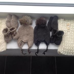 BESKRIVELSE  Hjemmestrikkede babyfutter uld, bomuld eller blandingsgarn. Laves i alle størrelser. På billedet er de små forrest. Kan bestilles i forskellige farver, jeg laver også gerne med kontrastfarver, striber mm, hvis du ønsker det. Hæklet snor og eller tommeltot i lufferne plus 10 kr. 1 par 50 3 par for 130 kr. Se også alt mit hjemmestrikkede babytøj søg baby eget design. Du kan også kombinere futter og luffer og få 3 par for 130 kr.  Baby futter, sokker, luffer håndstrikket Farve: Mange