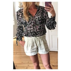 Smukkeste bluse med fed detalje på ærmet  Se også mine andre annoncer eller følg mig på Instagram @2nd_love_preowned_fashion