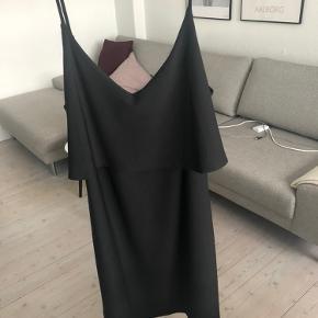 Smuk kjole fra Mango, str. L. Aldrig brugt. Jeg sender gerne.