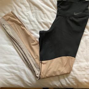 Jeg sælger disse to tights. Det første par er fra Nike str small og andet par fra H&M også str small.  Jeg er gravid og kommer ikke lige ned i dem forløbende og derfor sælger jeg dem. Nike tightsene er som nye - og er kun brugt meget få gange. De andre fra H&M er brugt lidt flere gange men fremstår fortsat i rigtig fin stand.  De kan sendes på købers regning eller hentes på Nørrebro, København ☺️