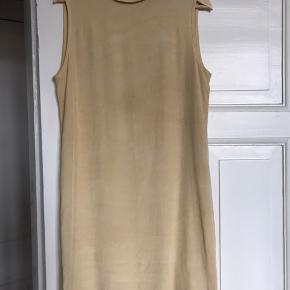 Fineste silkekjole fra Lovechild.  Oprindeligt var den en anden farve men jeg har bleget den. Den changerer derfor lidt i farven, men er superfin. Passer den desværre ikke.  Køber kan besigtige kjole i Hellerup for at se den på tæt hold.  Sendes den betaler køber Porto.