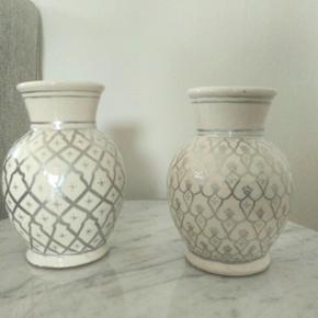 Hånd drejede og malede små skønne vaser. Hvid og sort.  200/stk