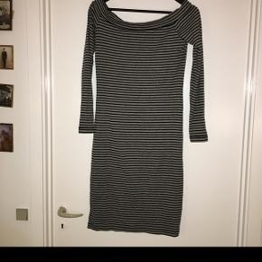 Stribet kjole med detalje til bare skuldre som ny str 38. 100kr