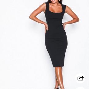 Helt ny, ALDRIG BRUGT, sort kjole fra Nelly