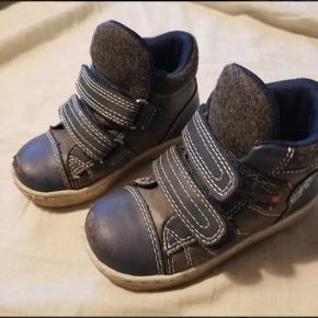Rigtige gode sko fra bobbi shoes, med god støtte om ankel. Sålen fejler ingenting med der er tydelig slitage på snuden