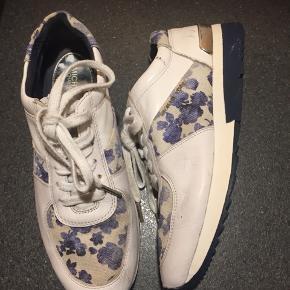 Lækre sneakers i Hvidt skind og blomstret kanvas - enkelte brugsspor men ellers fin stand