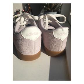 Nike sko i str US 6/ EU 37,5 ✨ De er købt i New York og er brugt 2 gange.  Skoen er lidt lille i størrelsen, så den passer nok bedre på en str 36/36,5 🙉  Du er selvfølgelig velkommen til at komme og prøve dem på min adresse i Valby 🌷  Ellers sender jeg selvfølgelig med DAO (køber betaler fragt) 📦📍