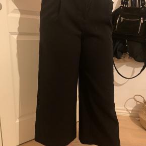 Monki Bukser, God, men brugt. Hjallerup - Et par løse sorte bukser fra Monki. Sælges da de er blevet for korte.. Monki Bukser, Hjallerup. God, men brugt, Brugt en periode og har derfor mindre tegn på brug