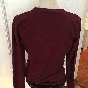 Lækker bordeaux farvet  sweater med god pasform Materiale 72% viscose og 28% nylon