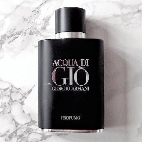 Acqua di Gio Profumo 40/75 ml Eau de Parfum.  Lækker maskulin signaturduft fra modehuset Giorgio Armani, med noter af bergamot, havnoter, geranium, rosmarin, salvie patchouli og røgelse mm.  Der 40 ml, af de oprindelige 75 ml parfume tilbage i flakonen (40/75 ml).  Eventuelt byttes til anden parfume/parfumer.  Afhentes, eller kan sendes med DAO for 37,- ekstra.  Tjek også mine andre annoncer, der kunne være andet som havde interesse.