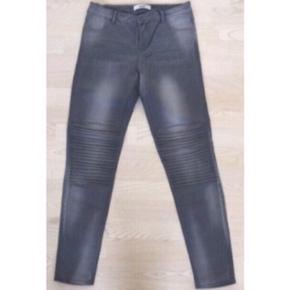Fede grå Object bukser/jeans  Str. 29/32 Med stræk  Fed detalje på knæene God men brugt, fejler dog intet. Nypris 500  Kan sendes med DAO for 38,-  Se også mine andre annoncer. Jeg sælger billigt ud, og giver gerne mængderabat :)