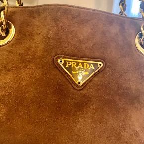 Prada ruskindstaske i fantastisk tilstand.  Tasken fremstår med en hank i guld og der medfølger dustbag samt ægtehedsbevis.