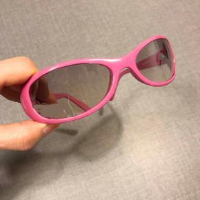 Fede, pink solbriller.  Glas i en varm, grå farve, der er mørkest for oven.  Damemodel.  Metalhængsler.  CE-godkendt.  Sælges for kun 30 kr. + evt. porto.  Kan afhentes på Frederiksberg.