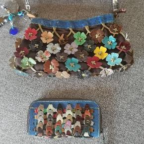 Lille pæn gå i byen octopus taske med blomster 🌺🌼 brugt men fejler intet. Ny pris 800 Lille blå multicolor pung, er som ny. Ny pris 400. Sælges helst samlet for 600 kr.