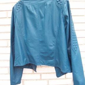Varetype: Jakke Størrelse: 44 Farve: Petrolium  Flot ubrugt jakke fra zizzi, super flot her til sommer :)