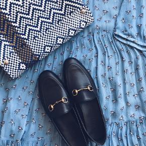 Sælger min populære, smukke kjole ved rette pris. Kjolen er en udgået model fra Baum und Pferdgarten. Størrelsen er klippet ud af kjolen og jeg er faktisk lidt i tvivl om hvad jeg købte den i, men da kjolen er oversize, vil jeg næsten tro den passer alt mellem XS og L. Mit bedste bud på størrelsen ville være 38. Der medfølger ingen original underkjole, men jeg har en anden oversize underkjole i en beige, som ville kunne følge med ved køb. Kun seriøse bud. :-)