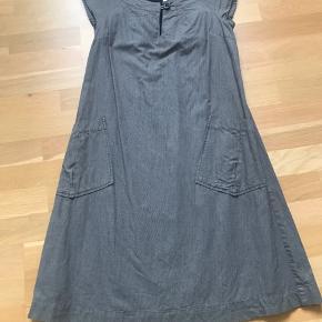 Denne kjole er så sød, og nem og lækker at have på... nu har jeg brugt den og det er tid til at den kommer videre. Den er som ny, da jeg passer meget på mine ting. Er str 34, men passer en 36.  Ikke rygerhjem og ingen dyr.
