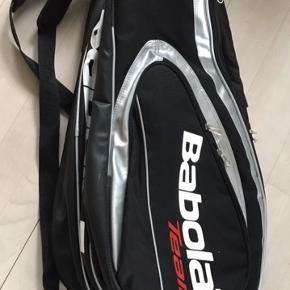 Fin sort tennis taske med 2 store run og lille lomme for. Flot og velholdt