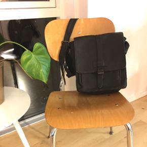 Mørkebrun læder taske/mappe med lang skulderstrop. Kom gerne med et bud og se også mine andre annoncer   Kan købes og afhentes i Lidkøb på Østerbro