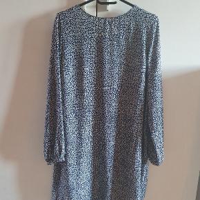 Fin kjole i dyreprint fra Zara.