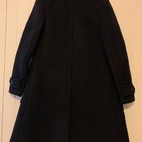 Den smukkeste Prada frakke i kraftig uld sælges, da jeg desværre ikke kan passe frakken. Str. 36 (IT40). Frakken er så fin og velholdt og fremstår som ny.
