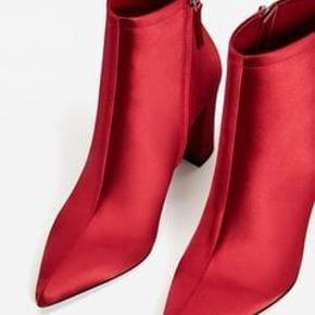 Satin støvletter i rød str 38. Så smukke støvler med lynlås og hæl. Kun brugt få gange. Sælges for 300 kr. Kan afhentes i Kbh K eller sendes med dao til pakkeshop. Jeg giver mængderabat ved køb af flere ting - se mine andre annoncer