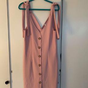 Sælger denne flotte bottom down kjole fra Nelly i str. 42. Den er dog lidt lille i størrelsen. Den er aldrig brugt.  Tjek også gerne mine andre annoncer ☺️
