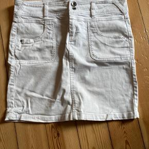 Nederdel købt i Vero Moda for længe siden. Har været i mit skab i lang tid - brugt omkring 5 gange, så ingen tegn på slid BYD gerne 😊
