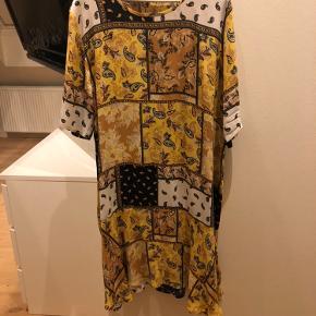 Flot Masai kjole købt i sommer og ikke brugt.  Slankende model med lille svaj forneden str xl