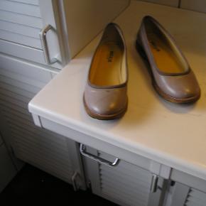 der er en lille plet som intet betyder på den ene sko se billede