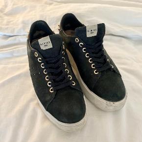 Fede sneakers med platform sål og guld-nitter på hælene. Str. 40  Plateau sål.  ————————  🌸 HUSK 🌸 at du kan lægge flere af mine varer i din kurv og kun betale porto én gang ✨  ————————