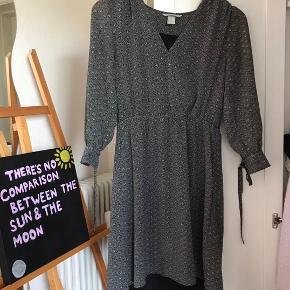 Sort / grå / hvid kjole med v udskæring.