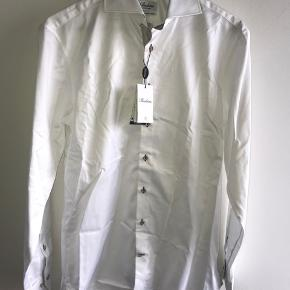 08e7327a206 Hvid stenströms skjorte, fitted body i str. 40 Skjorten er blevet tilpasset  med 2