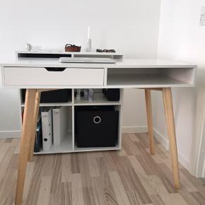 Skrivebord med lidt små skræmmer på selve bordet, grundet brug af den. Fejler intet ellers. Nypris kr. 1100 i Jysk.   Bredde: 50 cm.  Længde: 100 cm.  Højde: 77 cm.