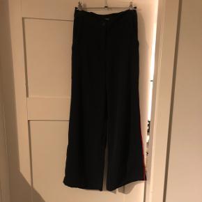 Det er et sæt fra LMTD (name it) En navy blå buks med en rød stribe ned af benet.  En t-shirt i navy blå med røde detaljer  Begge dele er i en størrelse 13-14 år (158-164) T-shirten har mærke i Bukserne er kun brugt få gange  Cond 10/10