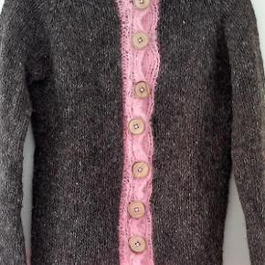 Dejlig håndstrikket trøje.     Materiale: 100% Uld    Størrelsen vurderes til en Medium-size.  trøje Farve: Brun/lyserød