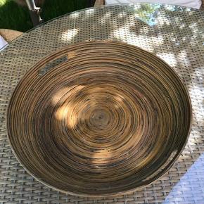 Flot fad eller bakke, håndlavet kunsthåndværk af bambus eller lignende materiale. Mål : Ø 46 cm. Som nyt ikke brugt meget.  Kan hentes i Rungsted. Sender gerne.