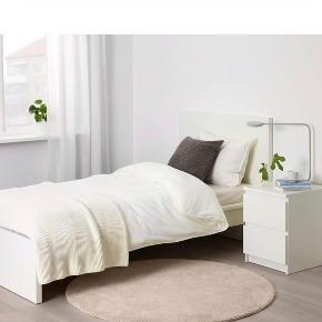 Gulvtæppe fra IKEA. Ingen tegn på brug, fremstår som nyt.  Diameter: 130 cm.   Afhentes på Amager