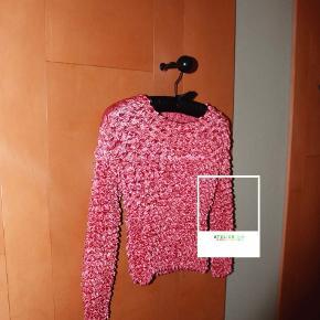 - BENYT 'KØB NU' FUNKTIONEN, VED KØB -  Cool og unik lyserød bluse med struktur. Blusen har en rund halsudskæring, et skinnende finish og enormt meget stretch, som gør at den former sig efter kroppen.   ○ Mærke: Ukendt - intet indre mærke ○ Størrelse: Ukendt - intet indre mærke; Ligner dog en størrelse XS (se mål) - Ærmelængde: ca. 42-68 cm afhængig af hvor meget man stretcher - Skulderbredde: ca. 32-52 cm afhængig af hvor meget man stretcher - Brystmål: ca. 35-60 cm afhængig af hvor meget man stretcher - Taljemål: ca. 27-60 cm afhængig af hvor meget man stretcher - Længde:  ca. 42-75 cm afhængig af hvor meget man stretcher ○ Fit: Kropsnært ○ Stand: Næsten som ny ○ Fejl/Mangler: Ikke umiddelbart ○ Materiale: Ukendt - intet indre mærke