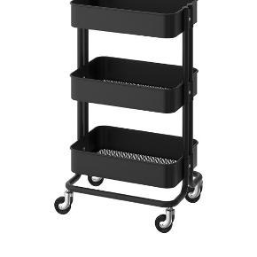 Rullebord råskog i sort sælges fra Ikea.  Fremstår rigtig fint Det måler 35x45x78 cm Købspris 399.- sælges for 250kr.  Afhentes på Vesterbro