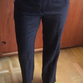 Sorte flotte bukser med bælte. Stoffet sort med sølvtråde, uldblanding. Vildt flotte.str. 42