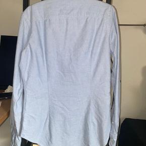 """Super pæn og klassisk """"super slim fit"""" ralph lauren skjorte. Den har en misfarvning/plet på brystet (forsøgt fremvist på billede). Str. 6 svarer til en 36 eller s"""
