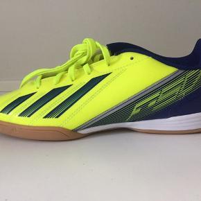 Adidas F10 IN J gul med blå striber